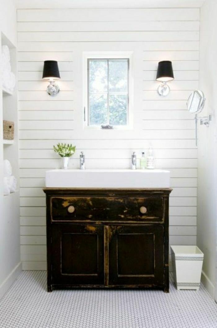 weißes-Badezimmer-rustikaler-hölzerner-Unterschrank-Fenster-Leuchten-Spiegel