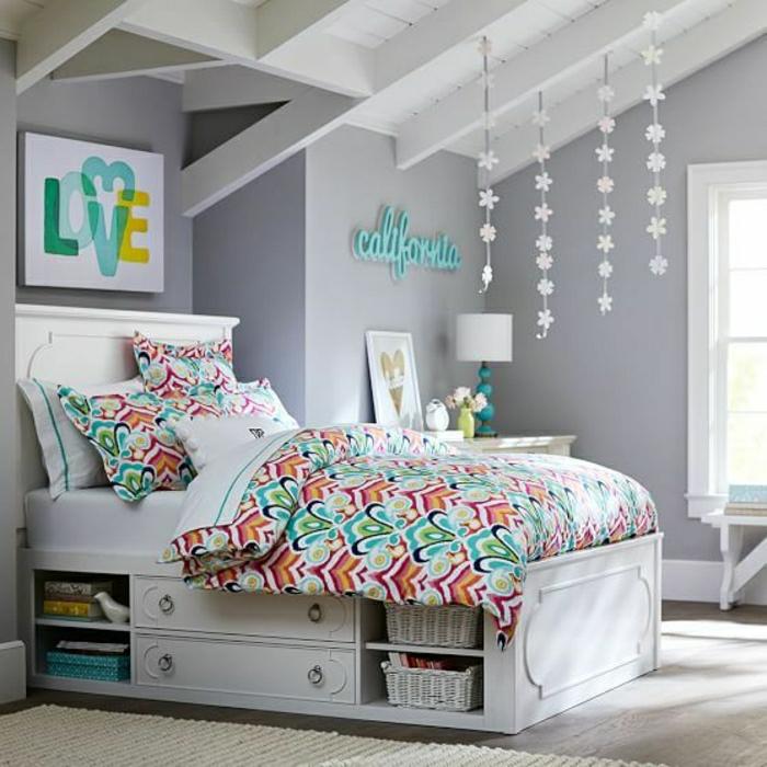 weißes-Bett-mit-Schubladen-bunte-Bettwäsche