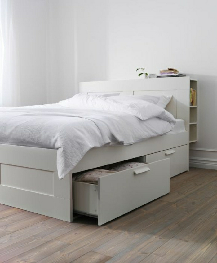weißes-Schlafzimmer-Ikea-Bett-Schubladen-simpel-minimalistisch