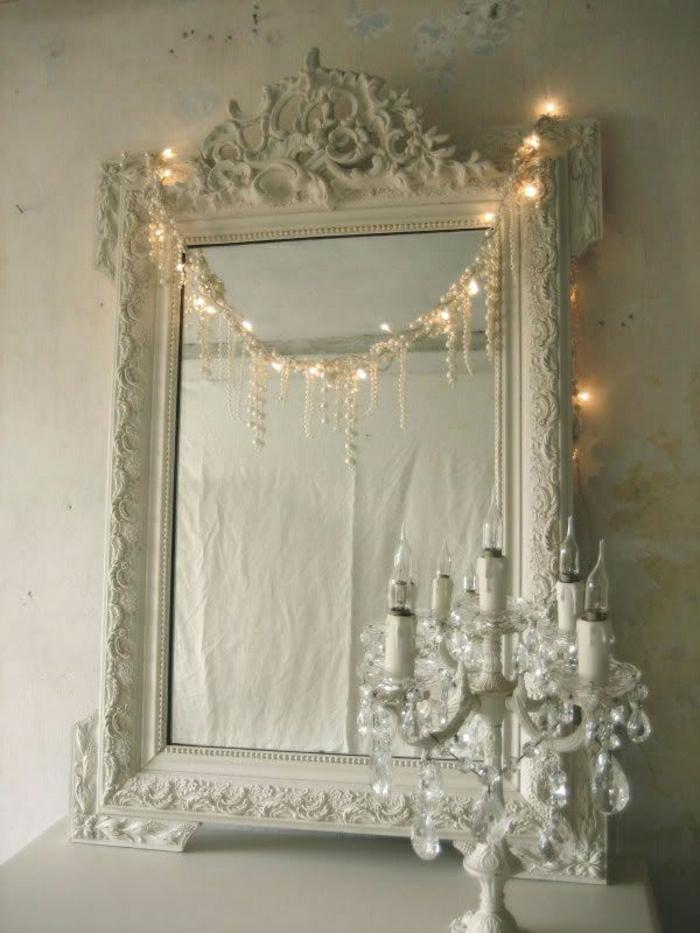 weißes-vintage-Spiegel-Rahmen-Ornamente-aristokratisch-Kette-Perlen-Leuchten-Kerzenhalter-Kristalle