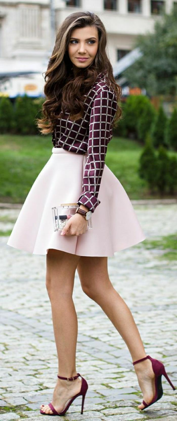 weinrote-Sandalen-Absatz-elegantes-Modell-simpel-schick-kurzer-rosa-Rock-lila-Satinhemd