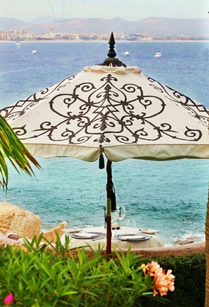wunderschöner-Gartenschirm-beige-Ornamente-scharfe-Spitze-Meer