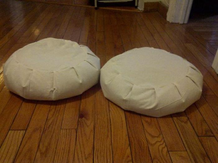 zwei-Meditationskissen-Yoga-beige-Boden