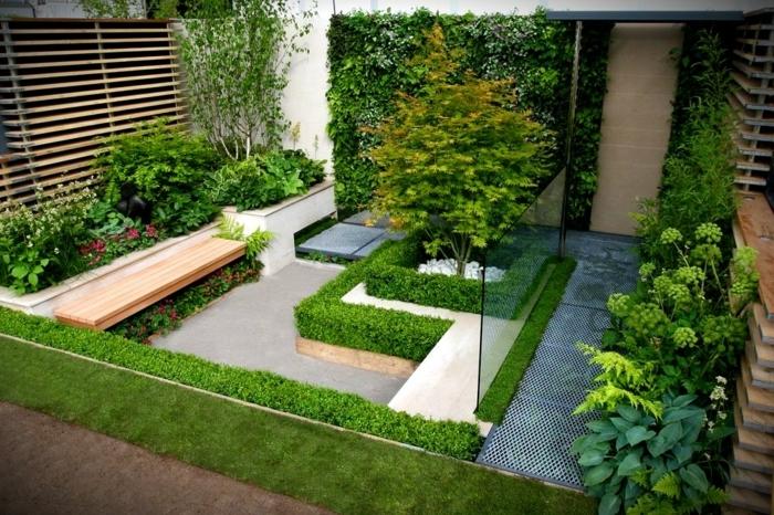 2 sichtschutz garten ideen kleiner außenbereich gestalten gartengestaltung grüne pflanzen zaun aus holz holzzaun