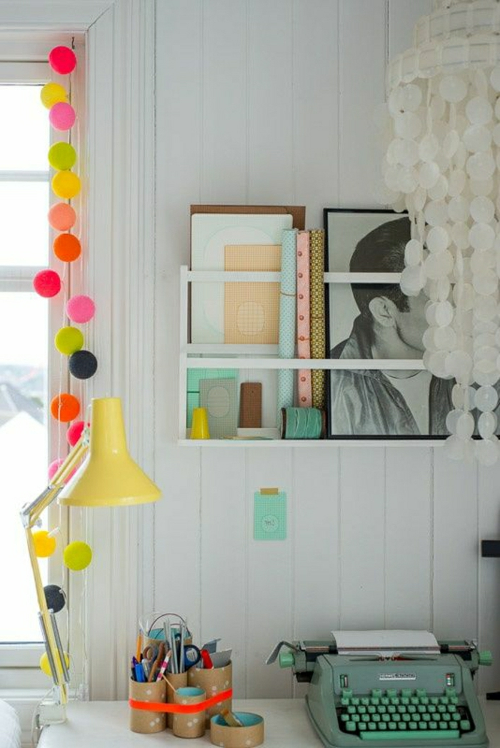 Arbeitszimmer-Schreibtisch-bunte-Papierlampen-gelbe-Leselampe-elektrische-Schreibmaschine