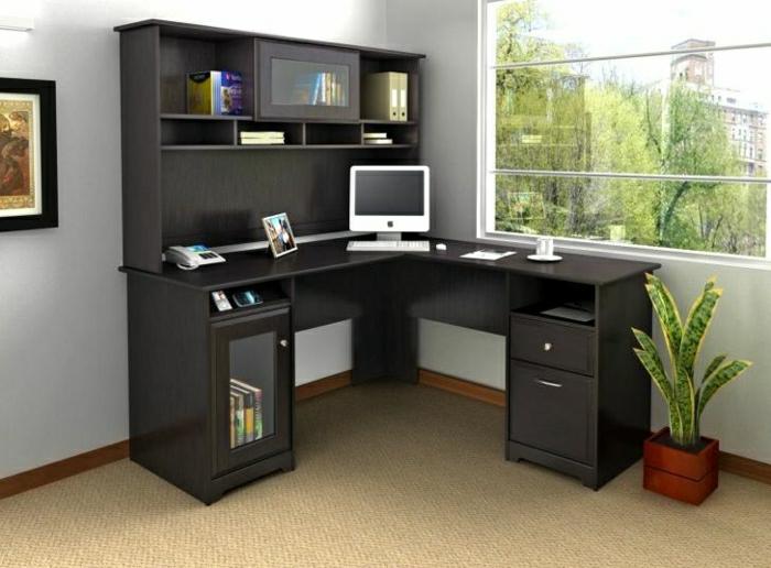 Arbeitszimmer-büromöbel-Schreibtisch-schwarz-Schubladen-Regale-Mac-Blumentopf-Fenster-Ausblick