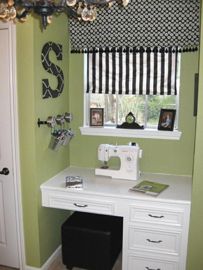 Arbeitszimmer-grüne-Wände-weißer-Tisch-Schubladen-Nähmaschine-schwarz-weiße-Vorhänge