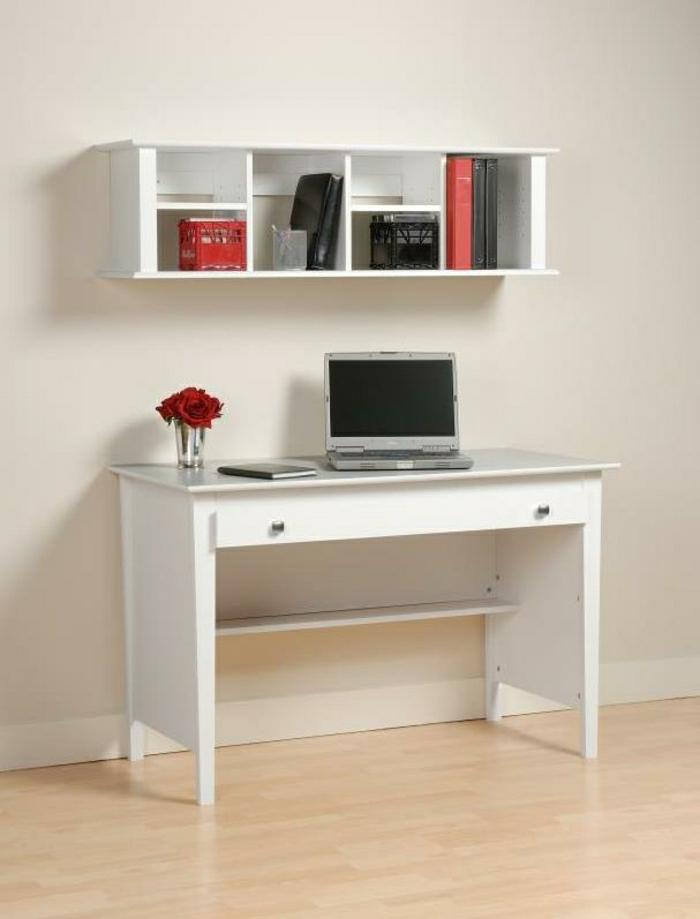 Arbeitszimmer-minimalistisches-Interieur-Laptop-Rosen-schreibtisch-weiß-Regal