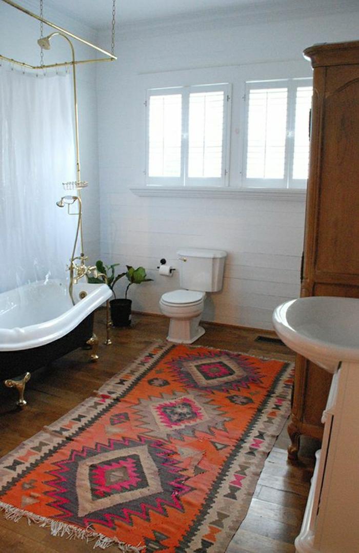 Badezimmer-moderne-Gestaltung-weiß-vintage-handgemachter-Teppich