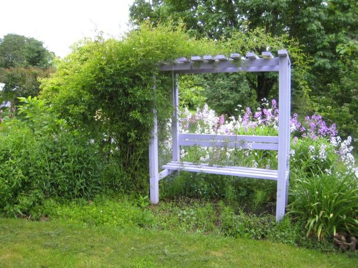 Gartenbank-mit-Dach-weiß-Blumen-Grün