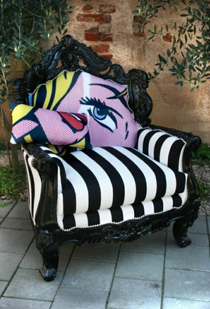 Barock-Sessel-schwarz-weiße-Streifen-Frau-Gesicht-schick