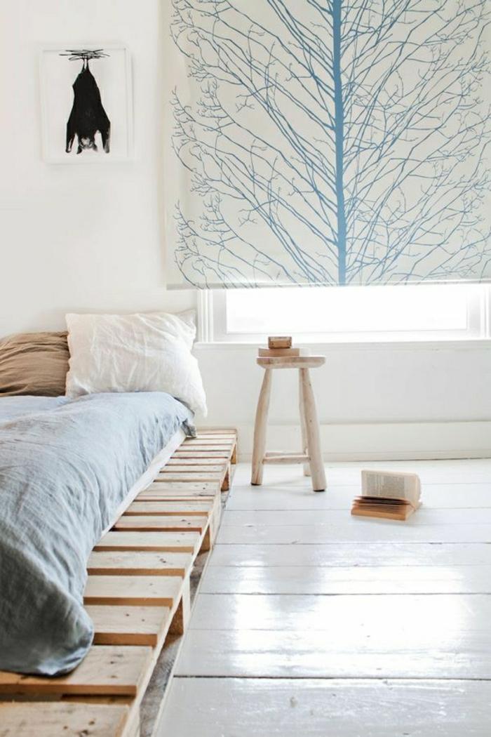 Bett-aus-Paletten-interessantes-Bild-minimalistisches-Interieur