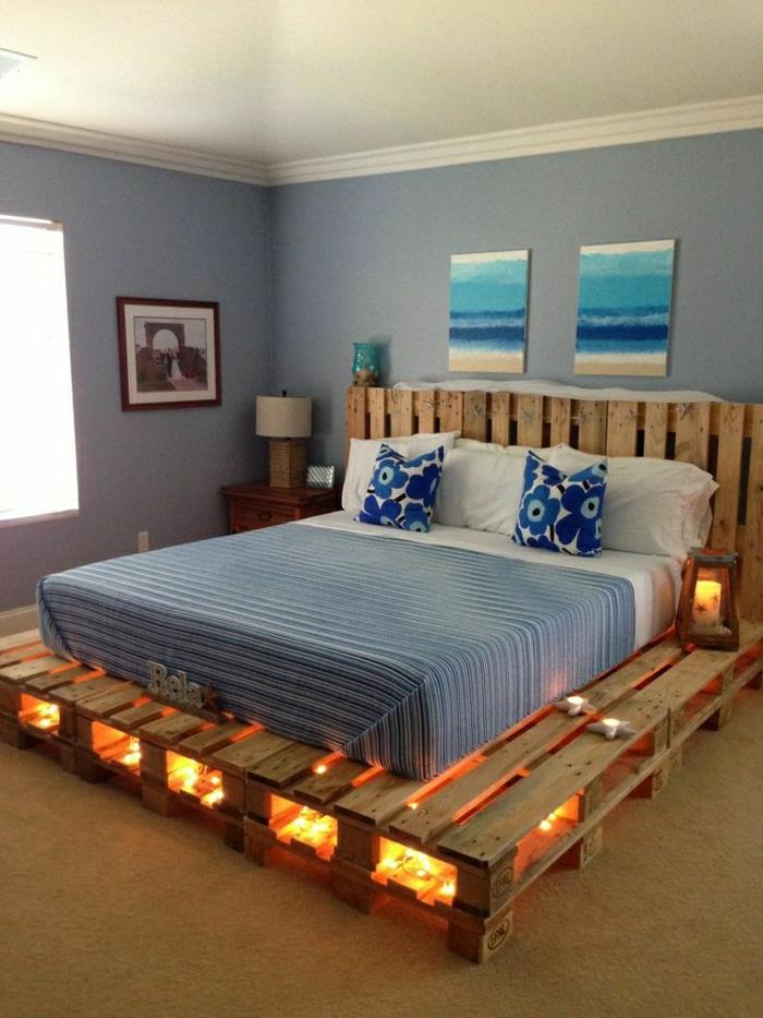 Bett-aus-Paletten-selber-machen-Matraze-gleiche-Kissen-Bilder-indirekte-Beleuchtung-Laterne