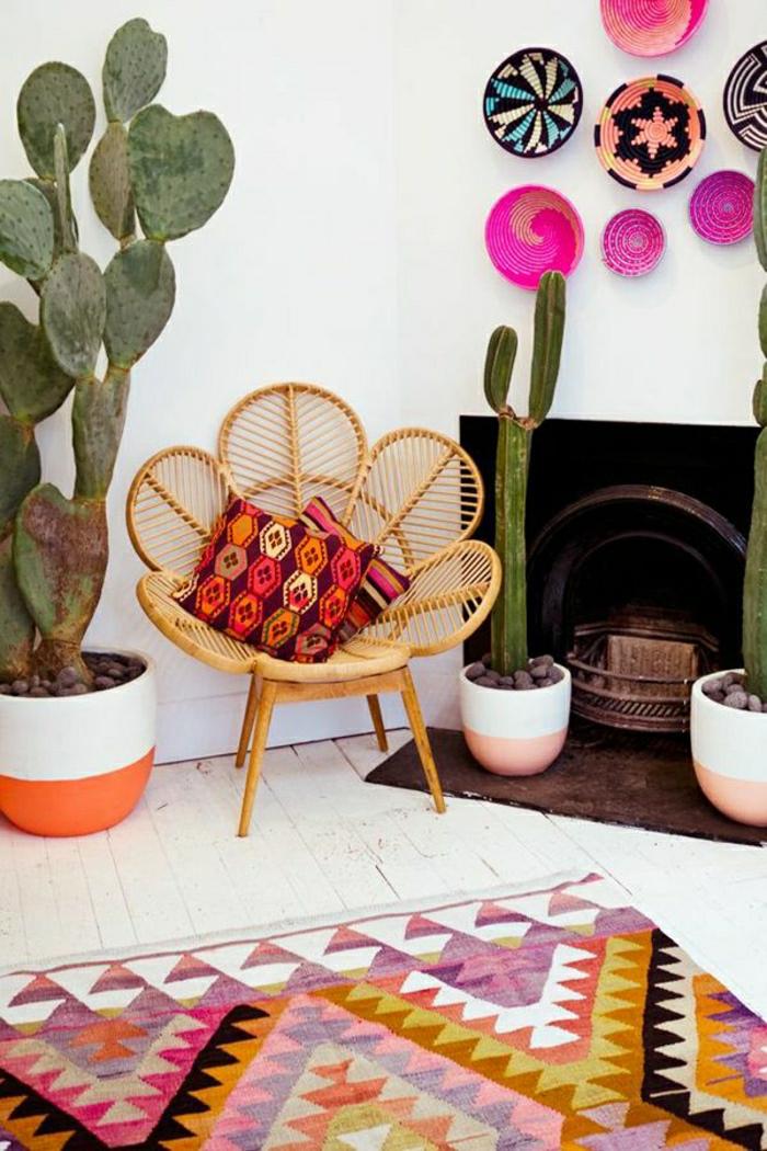 Boho-Stil-Einrichtung-Kamin-grelle-Nuancen-Keramikplatten-Rattansessel-Kakteen-Kissen-vintage-Teppiche