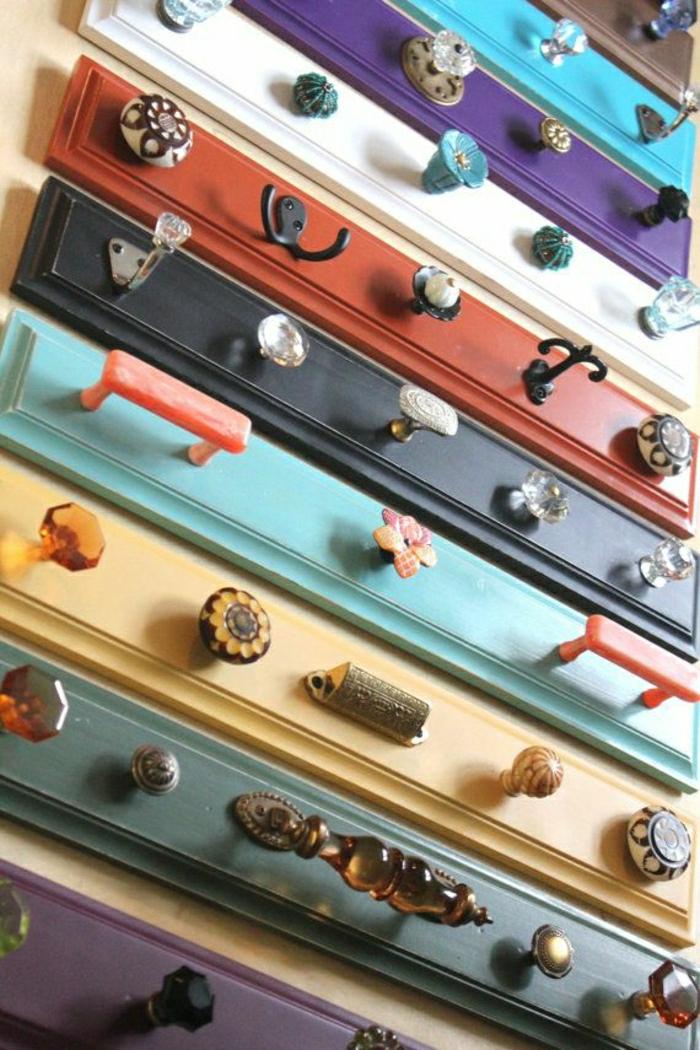 Bretter-verschiedene-Farben-Knöpfe-Kleiderhaken-vintage-Design