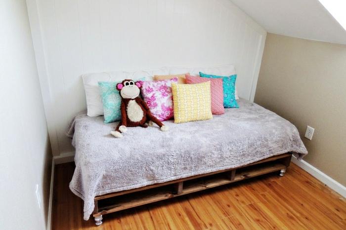 Dachwohnung-Kinderzimmer-kleines-europaletten-bett-Plüschtier-viele-Kissen