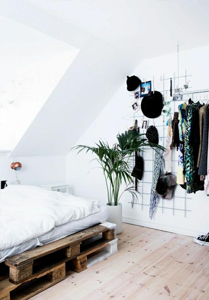 Dachwohnung-bett-aus-europaletten-Topfpflanze-Kleider-Ständer-Hüte
