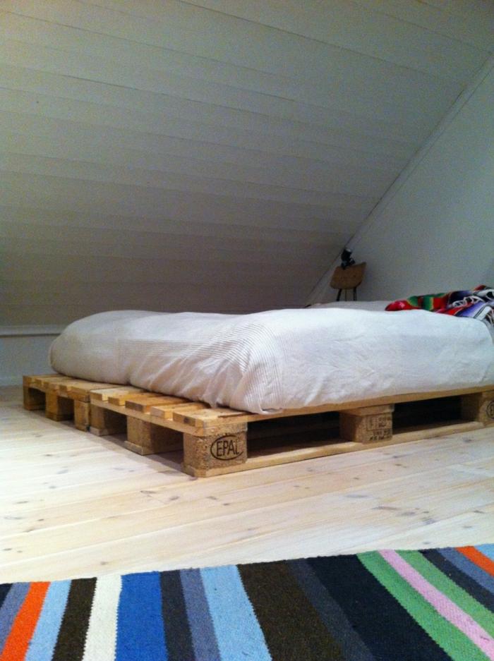 Dachwohnung-bett-selber-bauen-Paletten-Rahmen-Matraze