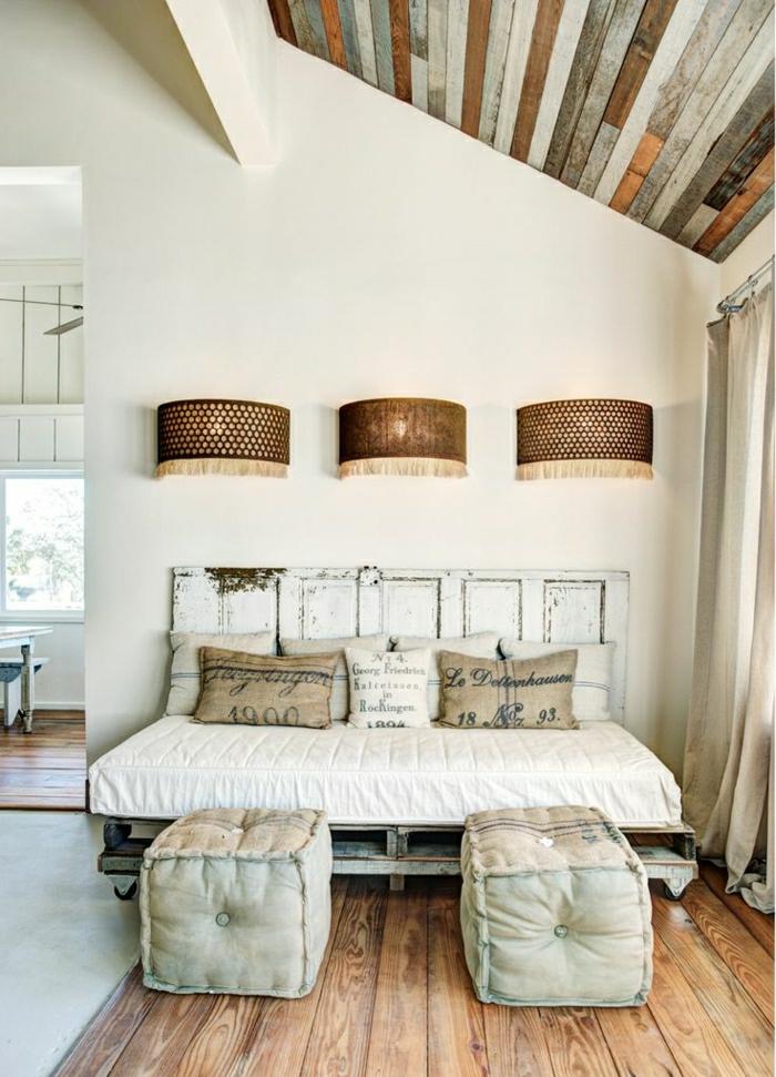 Dachwohnung-vintage-Einrichtung-bett-aus-europaletten-selber-machen-Hocker-Kissen-drei-elegante-Leuchten