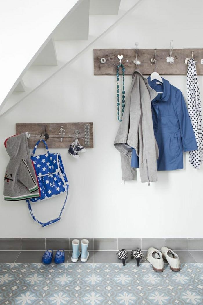 Dachwohnung-weiße-Wände-Bretter-Metall-Haken-verschiedene-Formen-Dekoration-Herzen-Kleider