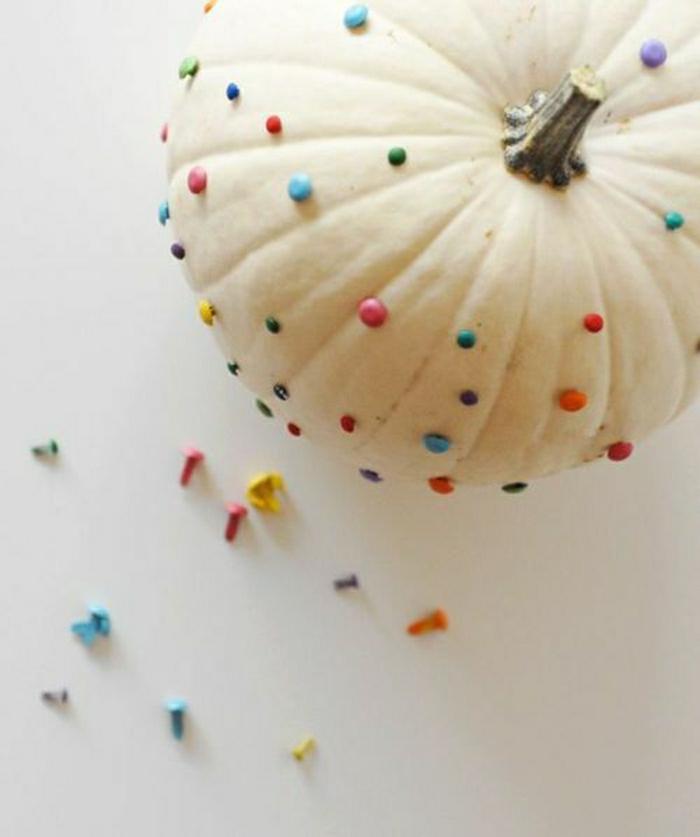 Dekoration-weißer-Kürbis-farbige-Pushpins-originelle-Idee