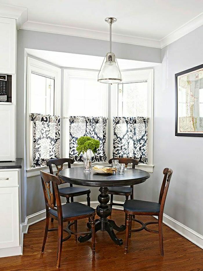 Esszimmer-eckige-Fenster-kleine-Gardinen-schwarz-weiß