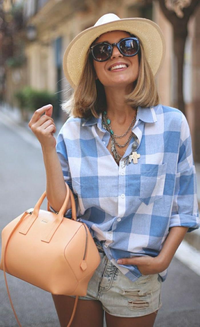 Furla-Taschen-kurze-Jeans-kariertes-Hemd-Strohhut-Sonnenbrille