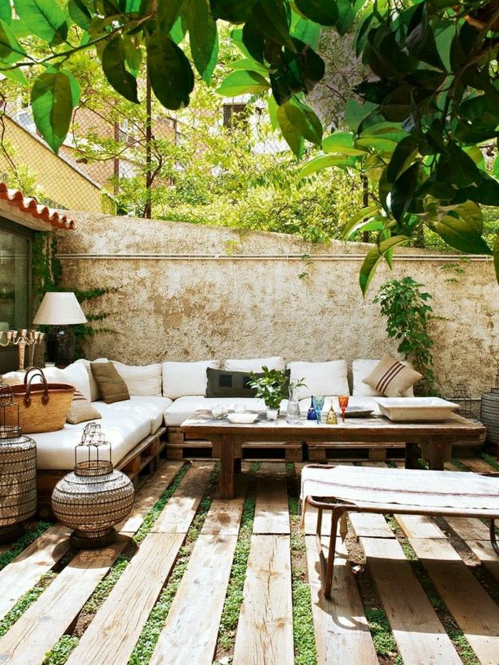 Garten-Gestaltung-Ecksofa-Paletten-weiße-Polster-Liegestuhl-exotisch-Erholung