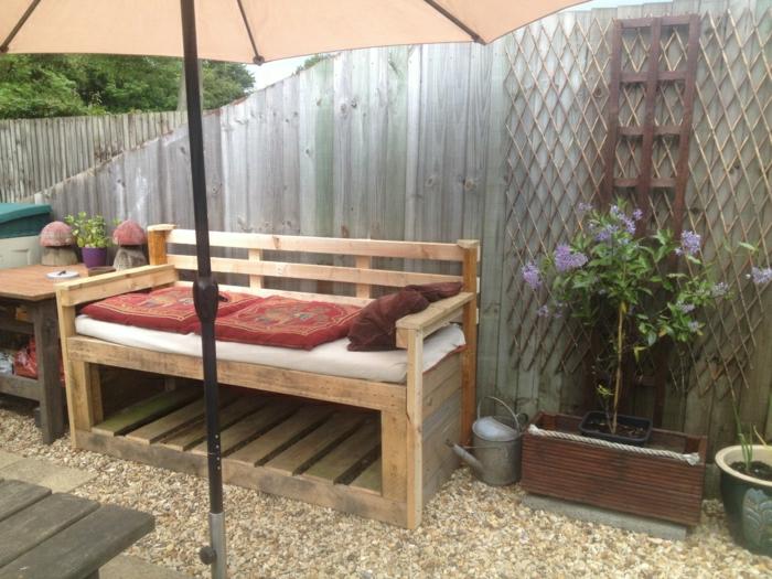 Garten-Gestaltung-Paletten-Couch-Kissen-indische-Motive-Sonnenschirm