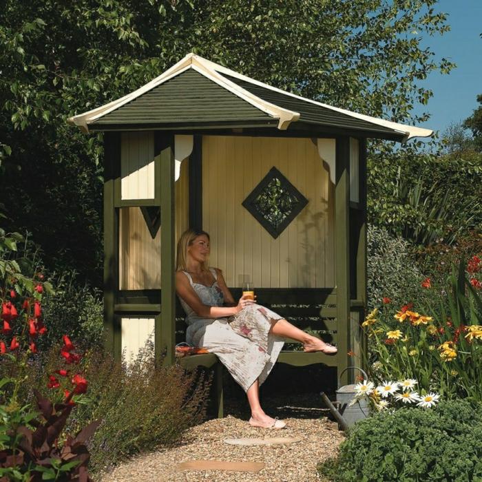 Garten-Laube-Bank-Dach-Frau-Blumen-Gießkanne-Erholung