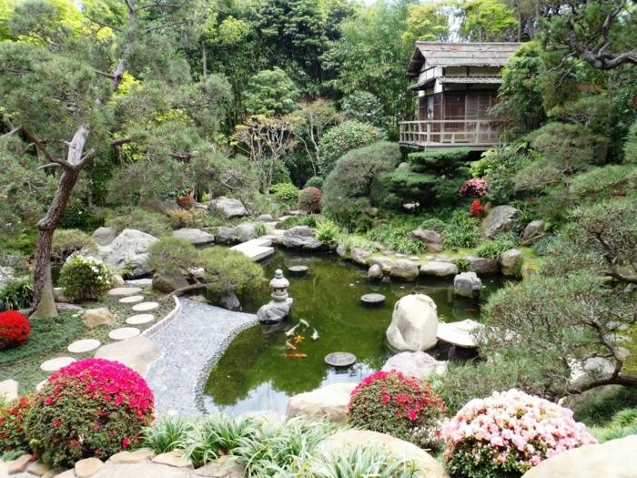 Garten-See-Fische-Büsche-Bäume-Steine-japanische-Steinlaterne