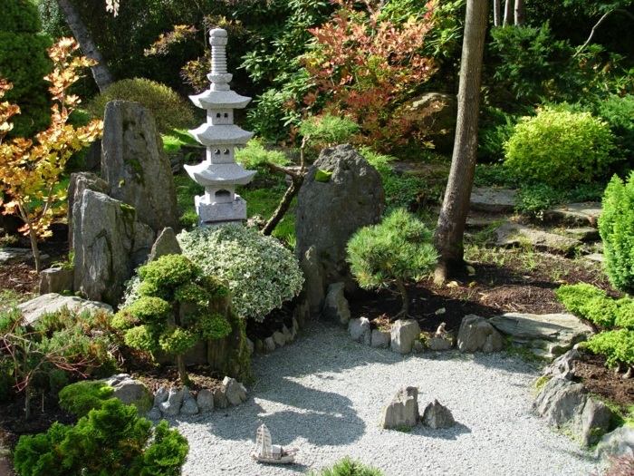 Garten-japanischer-Stil-Jarków-Polen-Bonsaibäume-Büsche-Steinlaterne
