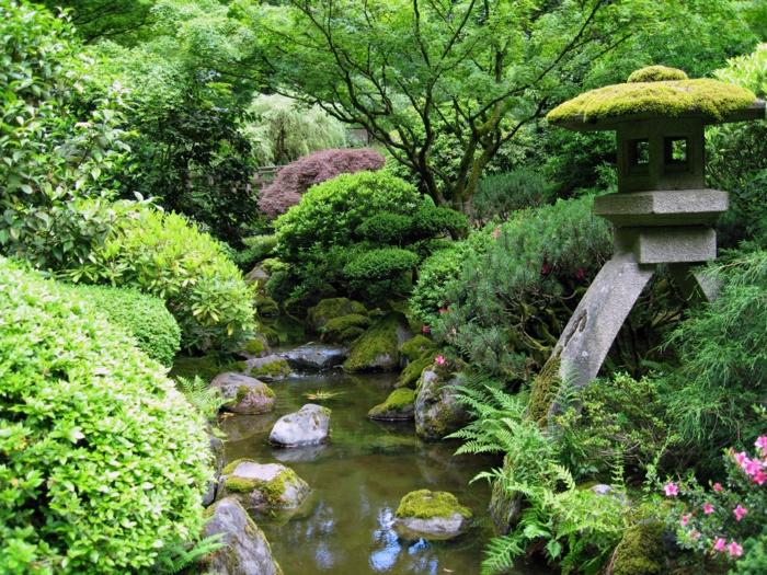 Garten-japanischer-Stil-See-Steine-Steinlaterne-Büsche