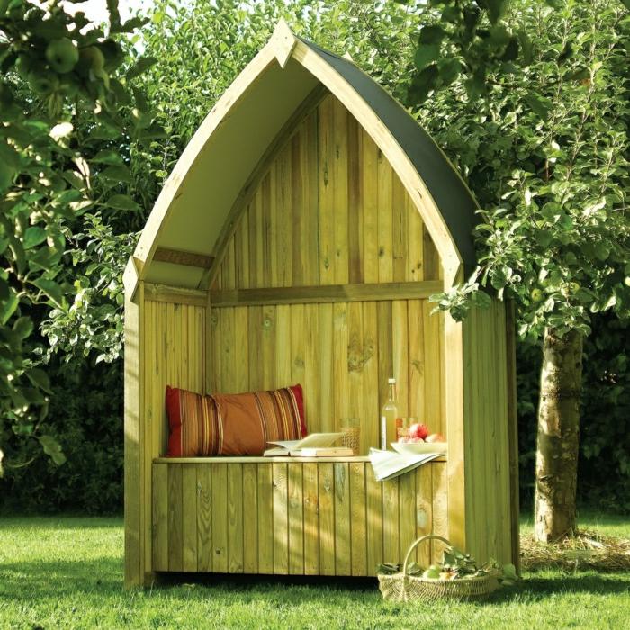 Gartenbank-Dach-Laube-Holz-gemütlich-Kissen-Buch-WeinFrüchte-Korb