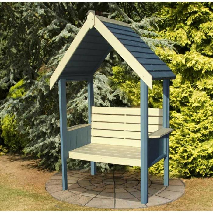 Gartenbank-mit-Dach-beige-blau-simpel-bequem