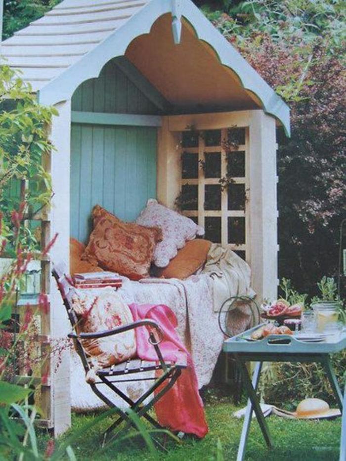 Gartenhäuschen-Laube-Bank-Sitze-Dach-Kissen-Schlafdecke-Tisch-Frühstück-Getränke