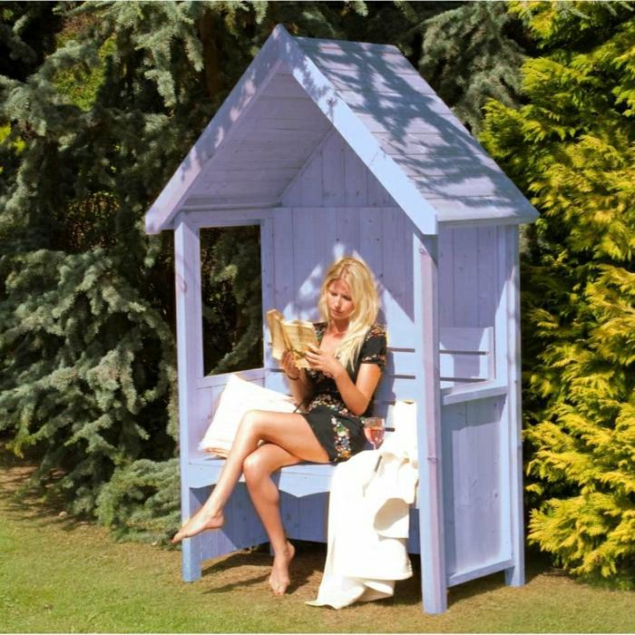 Gartenhäuschen-Laube-lila-Farbe-Bank-Dach-Frau-Buch-Leseraum-Kissen-Schlafdecke