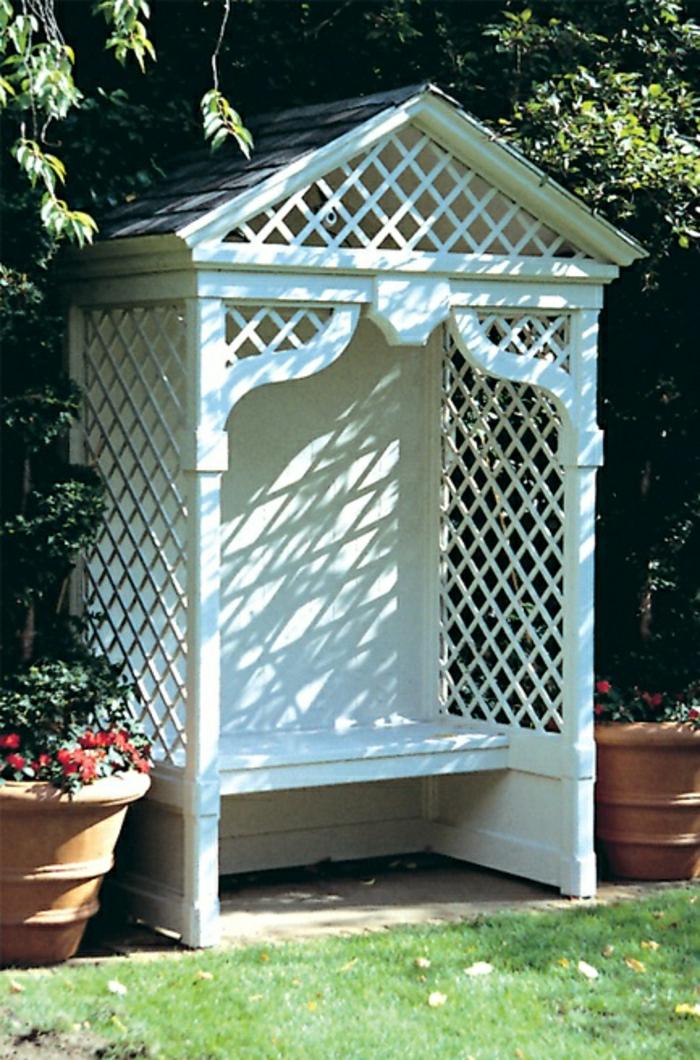 Gartenlaube-weiß-Bank-Dach-Gitter-Blumentöpfe-Gras