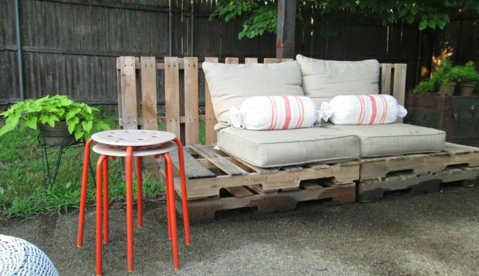 Gartenmöbel-Paletten-Couch-beige-Polster-Bonbons-Kissen