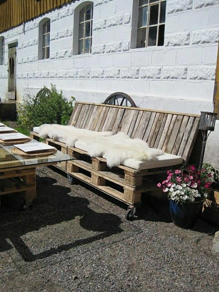 Gartenmöbel-Paletten-Sofa-Pelz-Polster-beige-Couchtisch