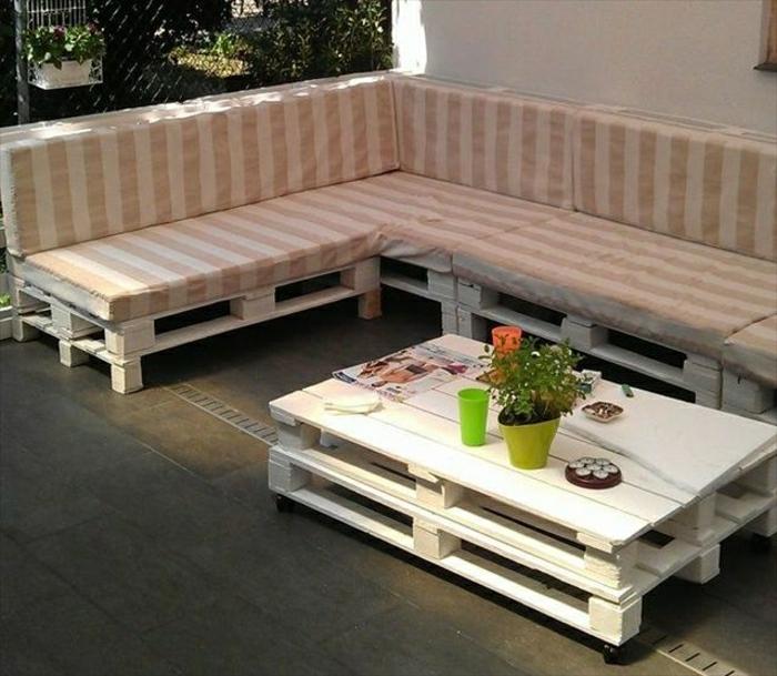Gartenmöbel-Paletten-Sofa-Polster-Streifen-Couchtisch-weiß-Blumentopf-Becher