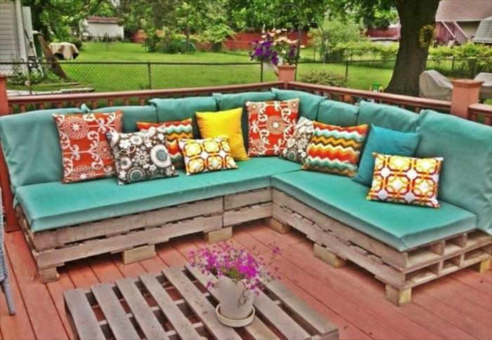 Gartenmöbel-Paletten-Sofa-türkis-Farbe-bunte-Kissen-Couchtisch-Blumentopf