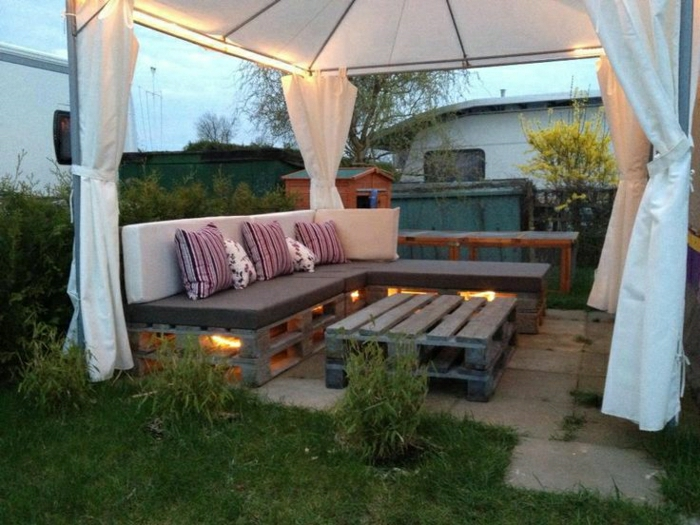 Gartenmöbel-Veranda-Sofa-Couchtisch-Paletten-gleiche-Kissen-weiße-Vorhänge
