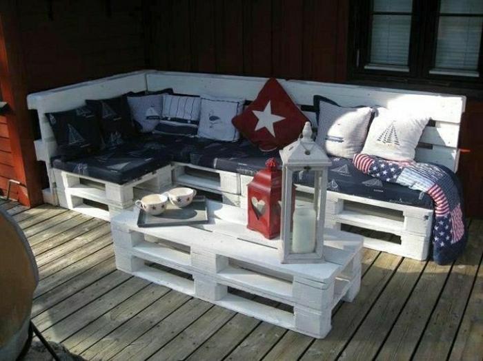 Gartenmöbel-weißes-Sofa-aus-Paletten-Laternen-Kaffeetassen