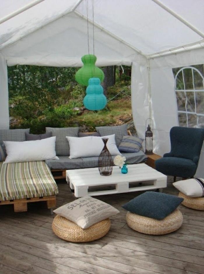 Gartrenmöbel-Paletten-Sofa-graue-Polster-Kissen-Sessel-Papierlampen