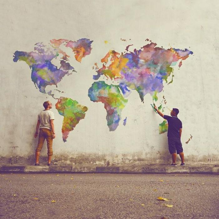 Gebäude-Wand-Graffiti-Bilder-Weltkarte-Kontinente-bunte-Zeichnungen-Männer