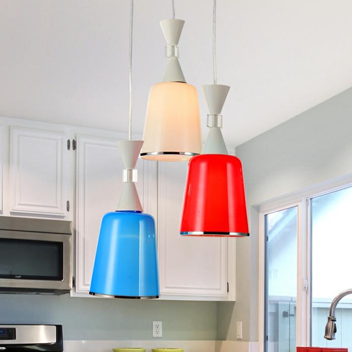Hängeleuchten-für-Esszimmer-dreikopf-bunte-blau-rot-weiß