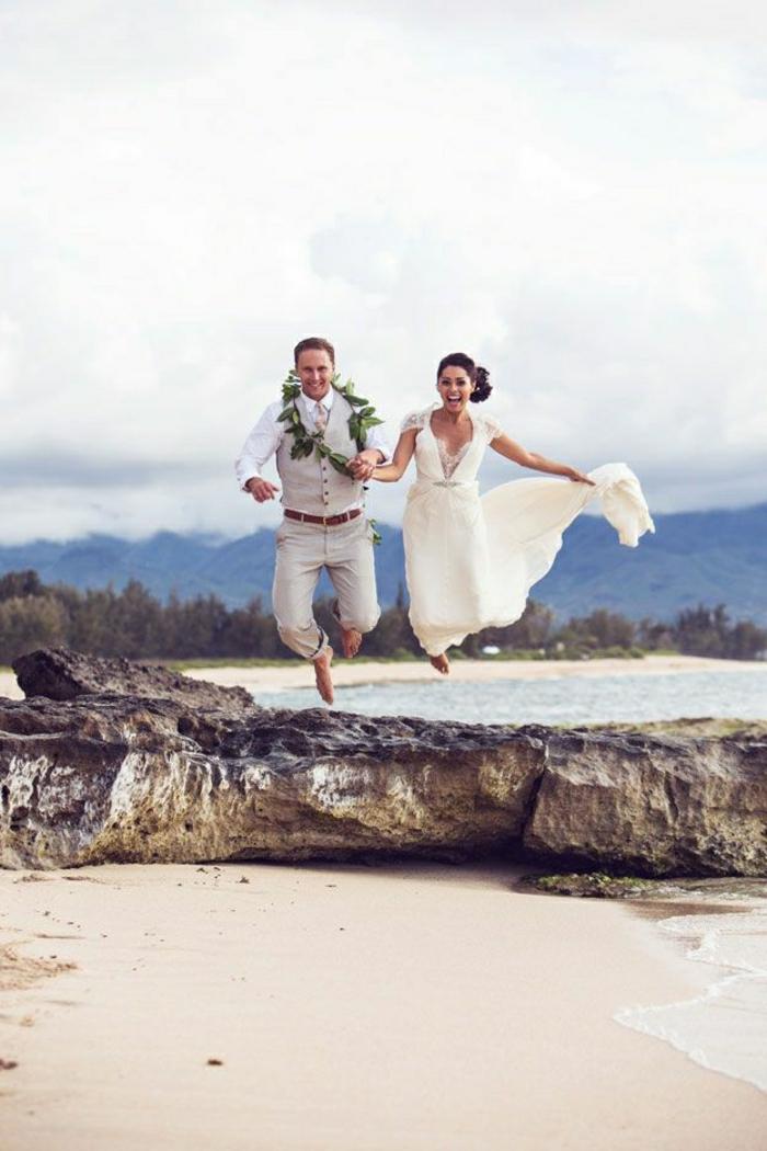 Hawaii-Hochzeit-Idee-springen-lustiges-Foto-Brautpaar