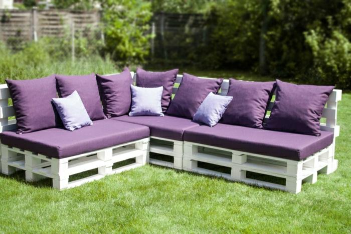 Hinterhof-Garten-Gestaltung-weiße-Paletten-Ecksofa-lila-Polster-Gras