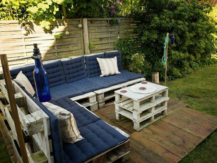 Innenhof-Gartenmöbel-Paletten-Ecksofa-blaue-Polster-Couchtisch-Flasche
